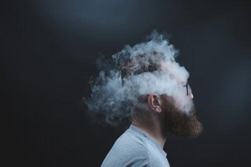 Hombre con humo simbolizando cuando no dejamos de darle vueltas a todo