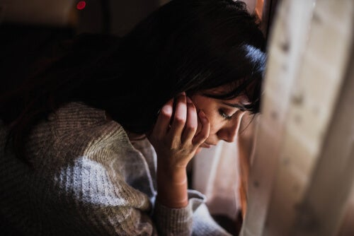 Mujer altamente sensible con los ojos cerrados simbolizando cuando no dejamos de darle vueltas a todo