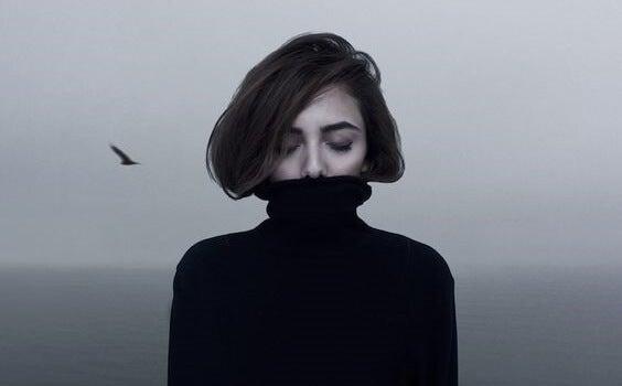 chica con jersey negro para representar la aphantasia