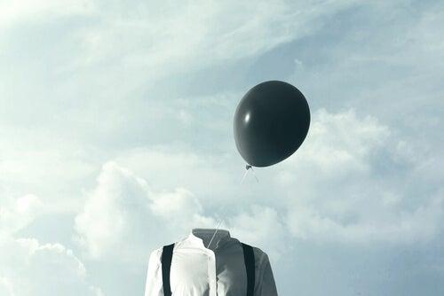 Persona con globo negro para representar la aphantasia