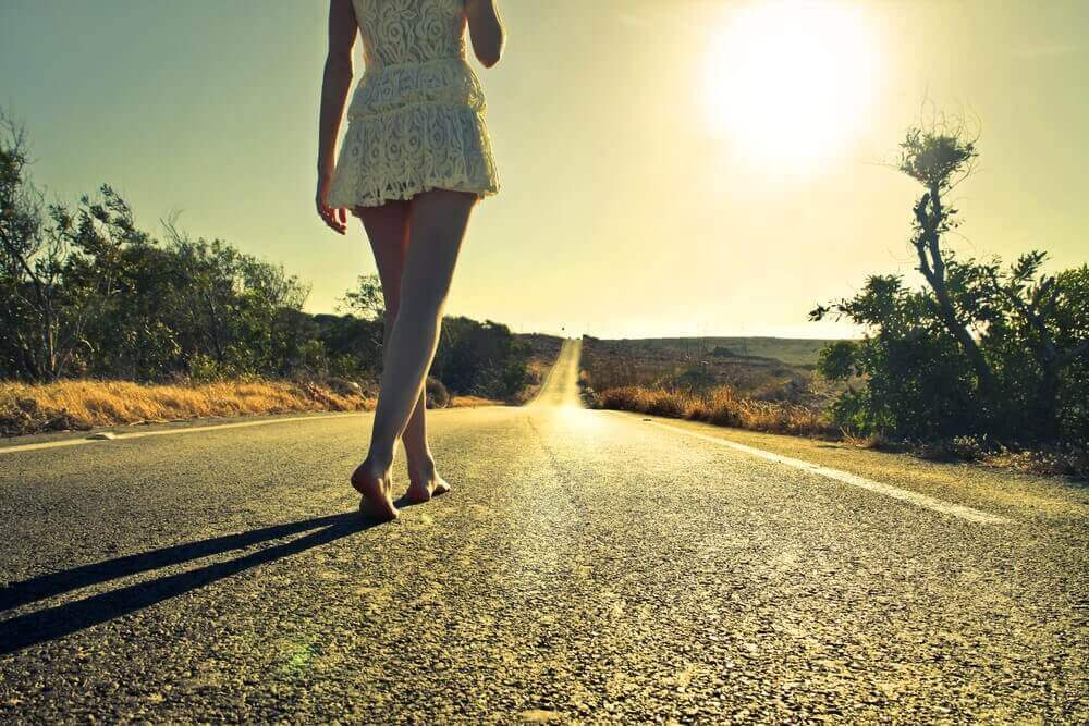 Mujer caminando descalza pensando en la importancia de desaprender