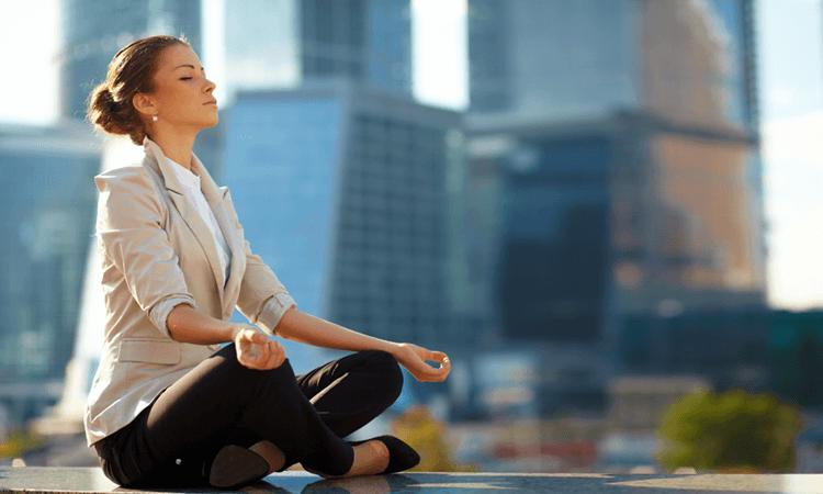 Mujer meditando en el trabajo