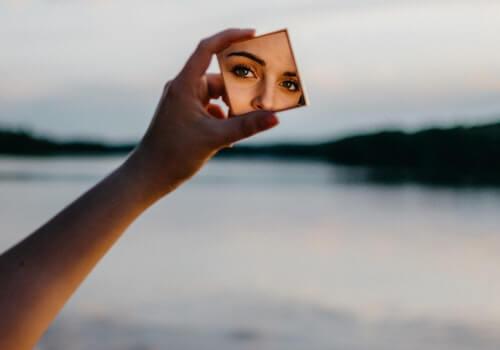 Mujer en el espejo descubriendo su belleza escondida