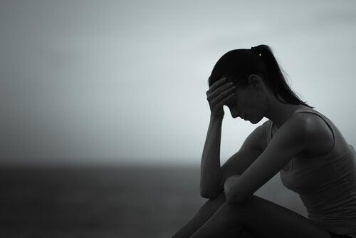 Mujer pensando en las heridas que deja la infidelidad
