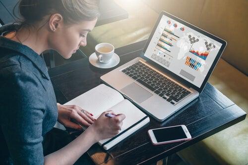 Mujer trabajando en ordenador