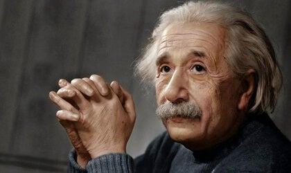 Albert Einstein representando el acertijo de las 5 casas de Einstein