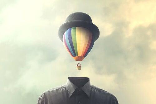Hombre con un globo en la cabeza representando cómo aceptar lo imprevisto