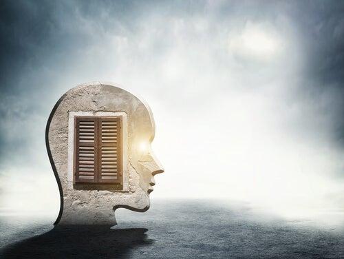 Mente de una persona con una ventana en su interior representando cómo cuarentena en soledad