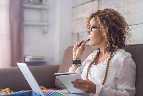 Mujer pensando cómo gestionar el tiempo en el trabajo