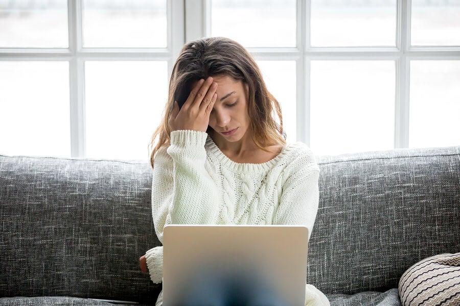 Mujer con preocupaciones frente al ordenador