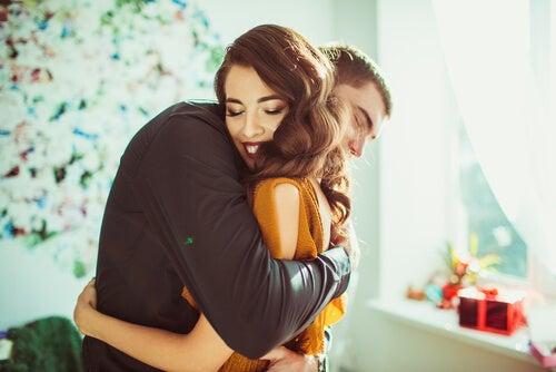Pareja abrazándose simbolizando cómo alcanzar la felicidad en tiempos difíciles