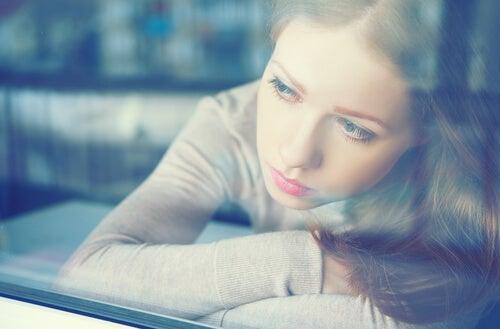 Chica mirando ventana representando la Inteligencia emocional durante el confinamiento