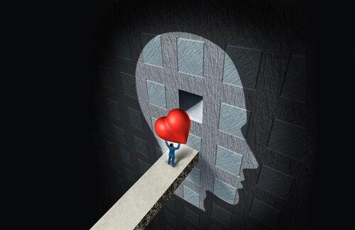 Hombre entrando corazón en el cerebro