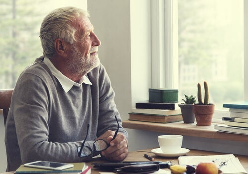 Hombre jubilado pensando pensando en la Inteligencia emocional durante el confinamiento