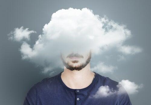 Hombre con nubes en la cabeza sufriendo sobrecarga emocional durante la pandemia