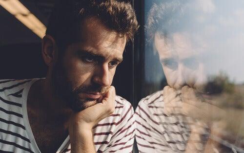 Hombre preocupado sufriendo sobrecarga emocional durante la pandemia
