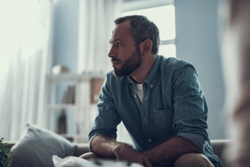 Hombre preocupado por sentirse solo en casa