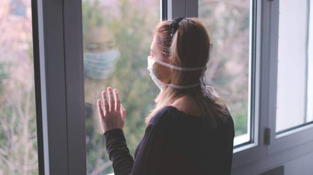 Mujer que sufre los efectos psicológicos de la cuarentena
