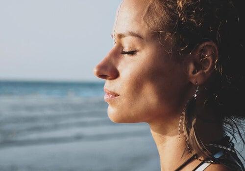 Mujer pensando en el estoicismo