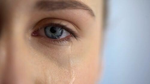 Ojo de mujer con lágrimas