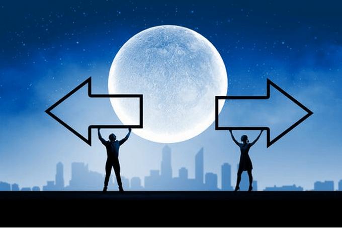 Dos direcciones y luna en centro representando cómo dar un paso atrás