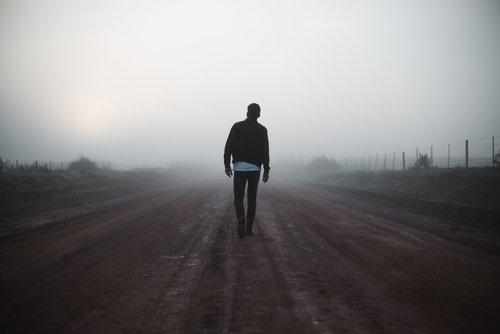 Hombre caminando hacia las pequeñas victorias