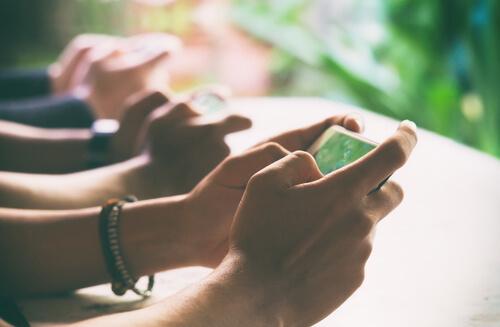 Personas con móviles en las manos
