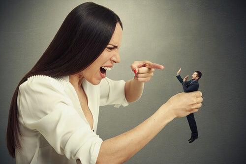 Mujer evidenciando que es posible disfrutar con el dolor de otros