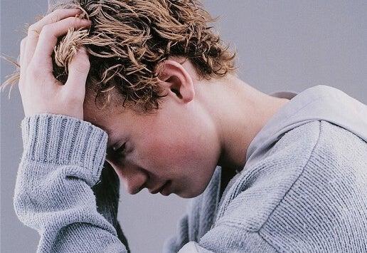 Adolescente preocupado representando que todo «podría ser peor»