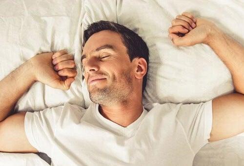 Hombre pensando que es posible tener orgasmos mientras duermes
