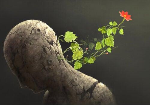 Hombre de piedra con una flor en la cabeza