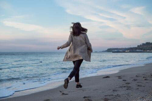 Mujer paseando por la playa