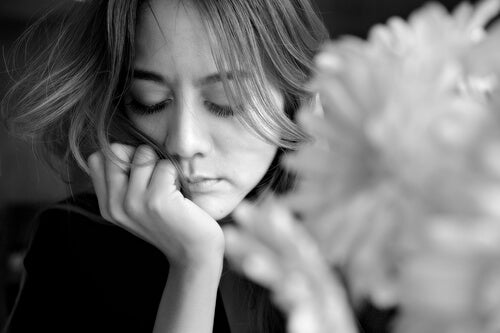 Mujer triste pensando en la parálisis del análisis