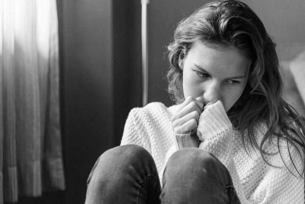Chica triste a la que se le va a aplicar el escala de Ansiedad y Depresión de Goldberg