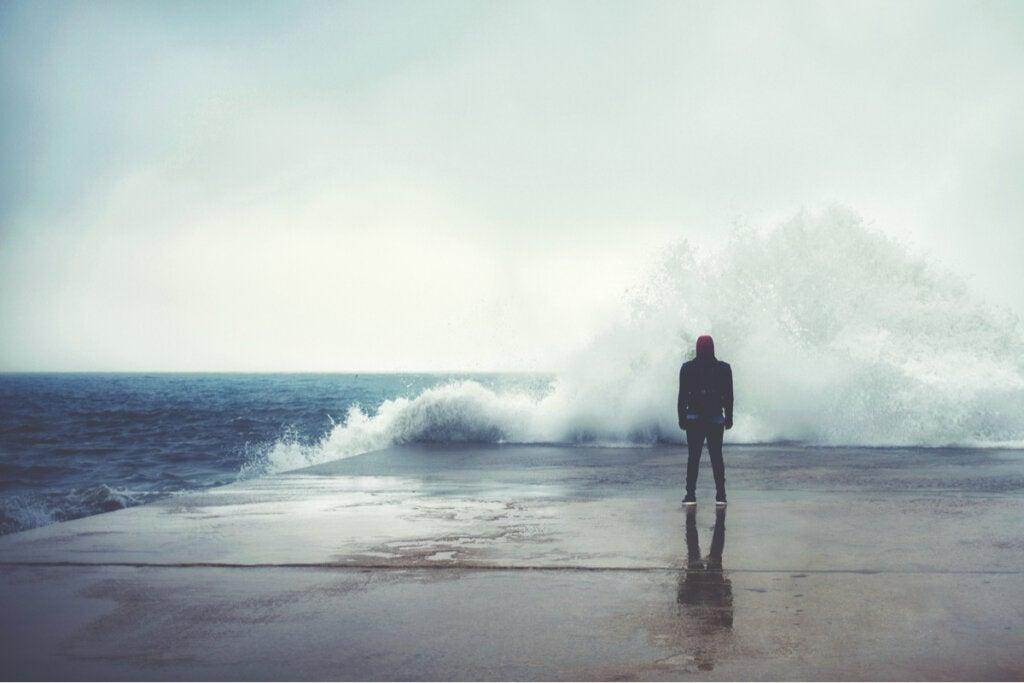 Hombre frente al mar simbolizando que la adversidad no siempre nos hace más resilientes