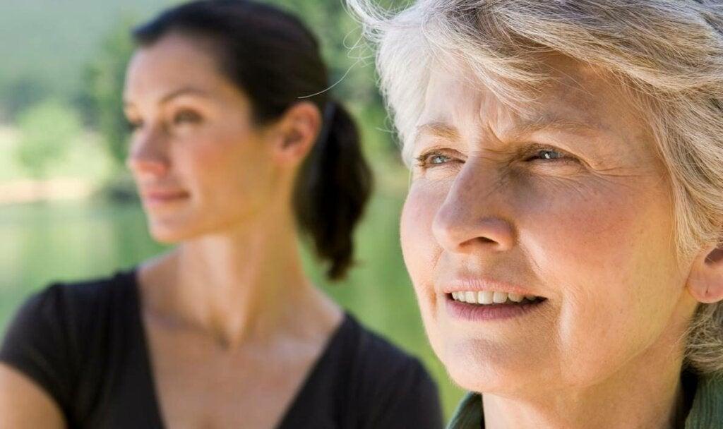 Mujer preguntándose cómo superar la separación de tus padres cuando eres adulto