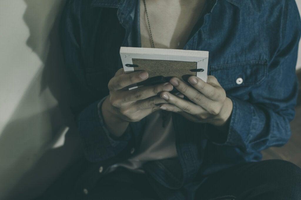 Mujer mirando una fotografía
