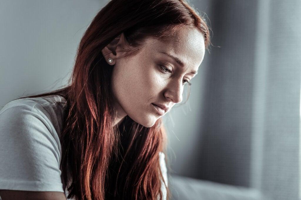 Mujer preocupada e infeliz