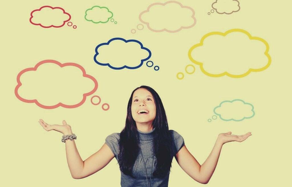 Chica con bocadillos en forma de nubes aplicando el Sesgo de retrospectiva
