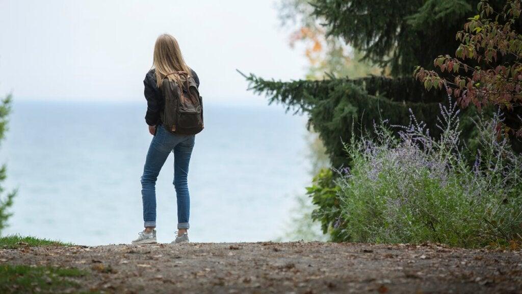 Chica con mochila pensando en que me preocupa el futuro