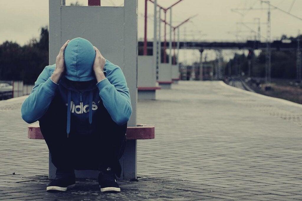 Chico en una estación de tren pensando en el miedo a volverse loco