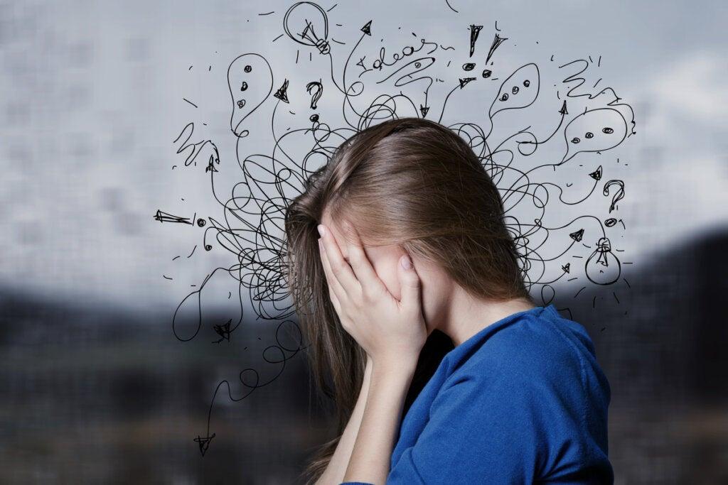 Mujer con ansiedad por sus pensamientos