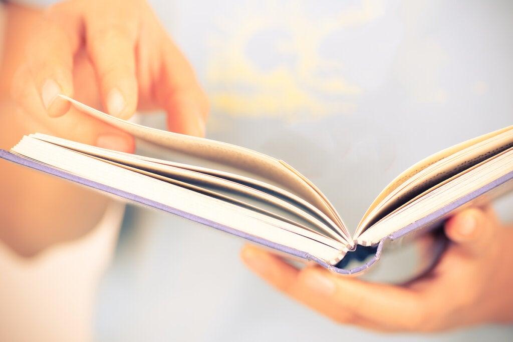 Mujer mirando un libro