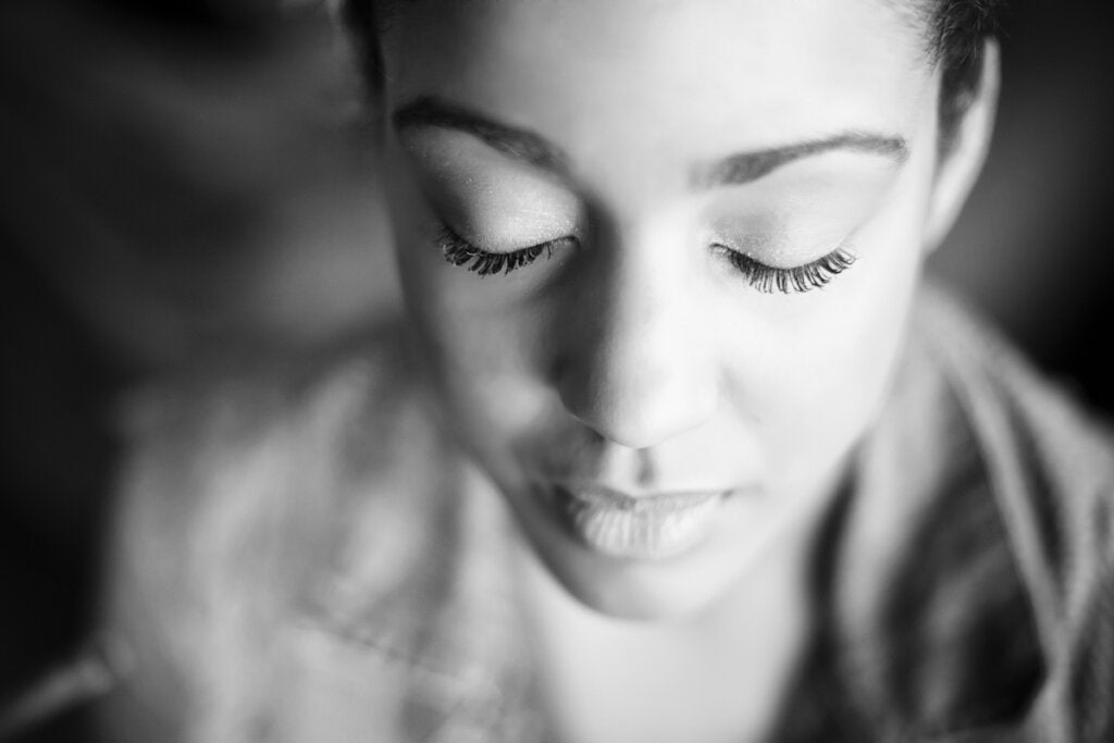 Mujer con los ojos cerrados relajada