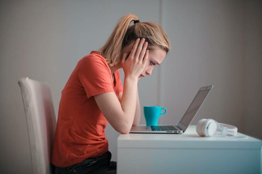 Chica triste debido a los conflictos laborales en el teletrabajo