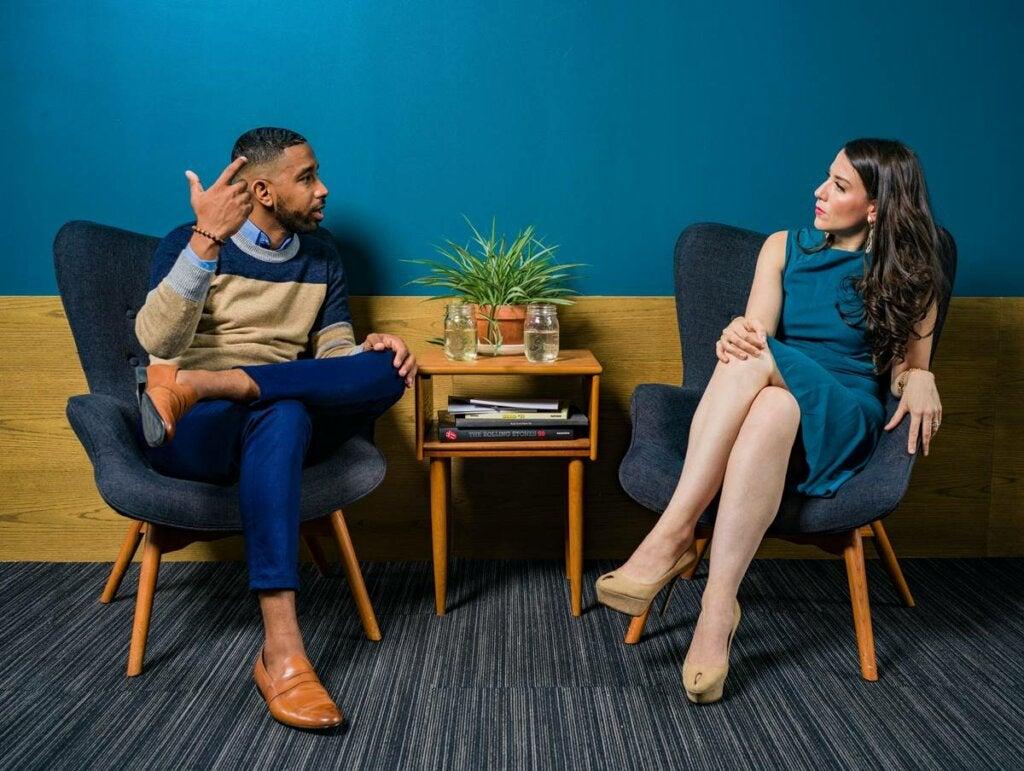 Hombre y mujer hablando sobre ¿por qué hay personas que nos producen ansiedad?