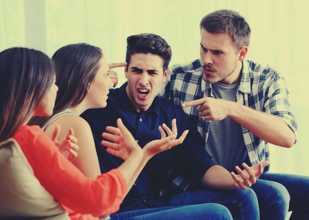 Personas discutiendo