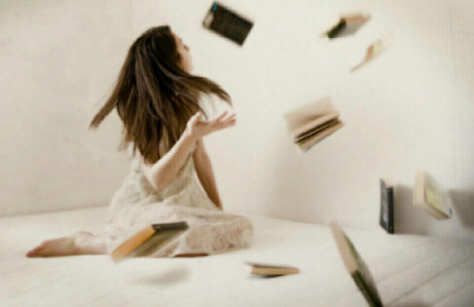 Chica con libros volando debido a la telequinesis
