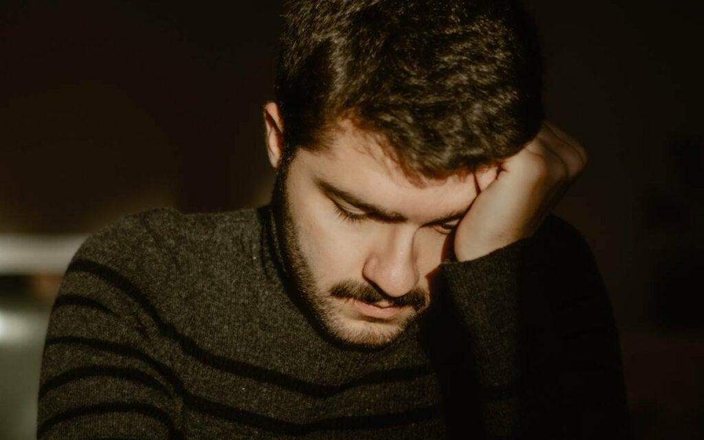 Chico con depresión narcisista