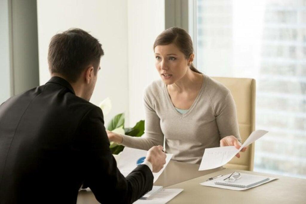 Compañeros de trabajo que sufren el efecto de la escucha reactiva
